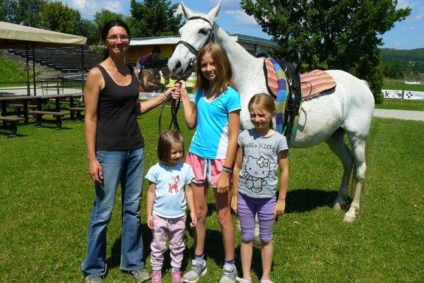 Rodina Lucie Hájnikovej. Dievčatá dostali lásku ku koňom s materským mliekom.