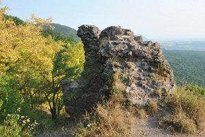 Zvyšky múrov Soľnohradu, alebo Zbojníckeho hradu.