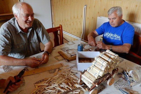 Seniori pracujú aj s drevom.