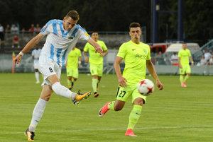 Filip Balaj z Nitry (vľavo) strieľa úvodný gól v zápase 1. kola futbalovej Fortuna ligy medzi FC Nitra - MšK Žilina.