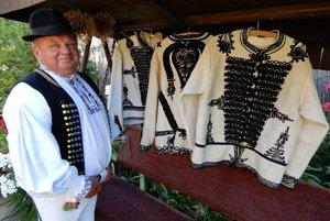 Na snímke Štefan Višňovský pózuje pri mužských folklórnych kabátikoch.