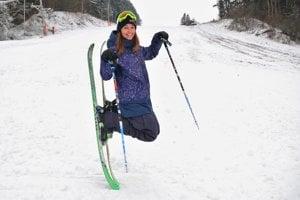 Akrobatická lyžiarka Zuzana Stromková v lete mení lyže za surf.