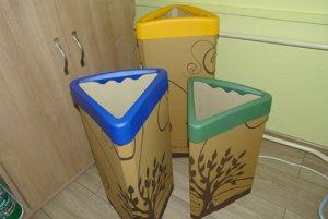 Do škôl rozdajú takéto nádoby na triedenie odpadu.