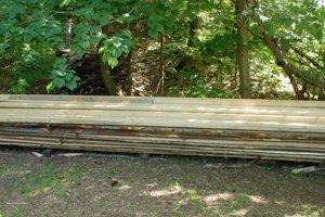 V blízkosti WC sú naukladané drevené laty.