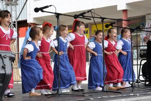 Vystúpenie detí z Dlhej nad Oravou na domácom festivale.