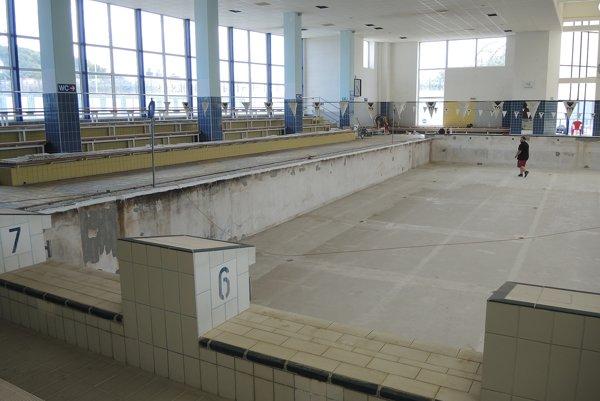 V bazénoch menia fólie, práce chcú stihnúť do 8. augusta.