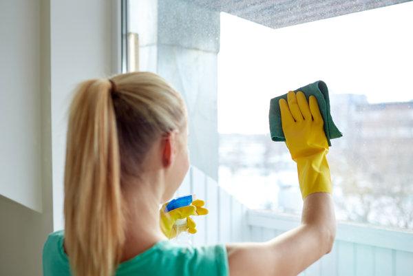Ľudia, ktorí si platia upratovaciu službu, sú šťastnejší.