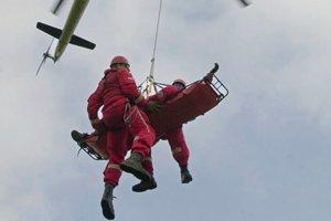 Zranenému mužovi pomáhal v Novej Bystrici záchranársky vrtuľník.