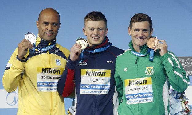 Zľava strieborný Joao Gomes, zlatý Adam Peaty a bronzový Cameron van der Burgh.