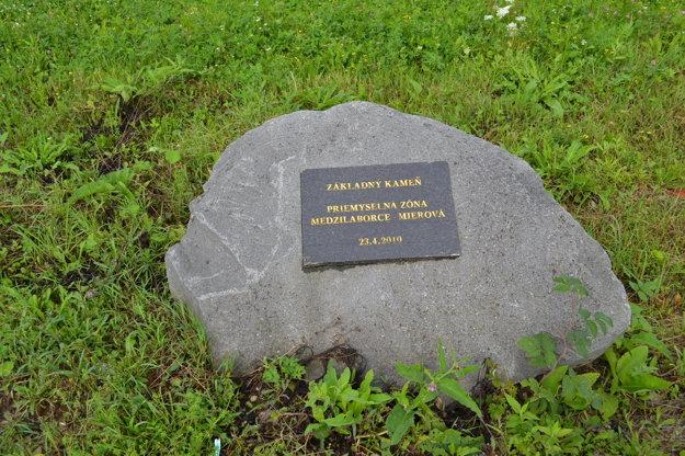 Základný kameň priemyselého parku. Poklepali ho v apríli 2010.