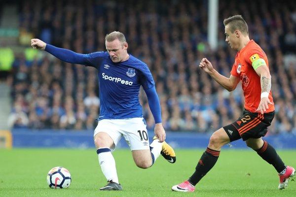 Wayne Rooney (vľavo) v súboji s ružomberským kapitánom Dominikom Kružliakom.