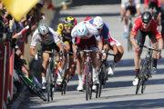 Petra Sagana (vľavo) vylúčili z Tour de France 2017 po štvrtej etape za to, že mal spôsobiť pád Marka Cavendisha.