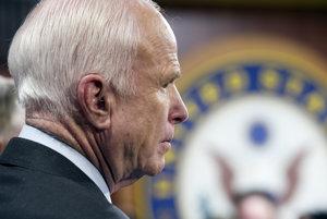 John McCain dlhodobo kritizuje Obamacare, no teraz zastavil jeho rušenie.