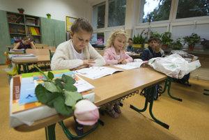 Zošity, farbičky, prezúvky. Na začiatku školského roka majú rodičia viac výdavkov.
