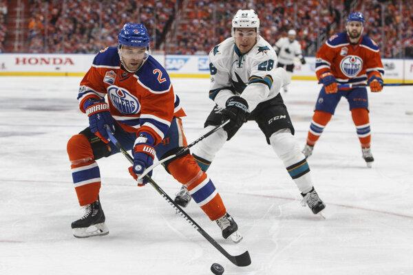 Andrej Sekera (vľavo) v drese Edmontonu na ilustračnej fotografii.