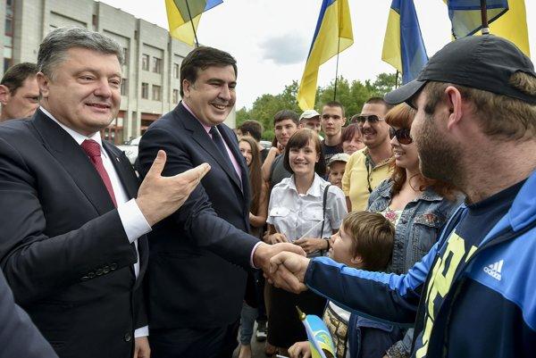 V máji 2015 Porošenko osobne Saakašviliho uvádzal do čela Odeskej oblasti. Teraz mu berie občianstvo.