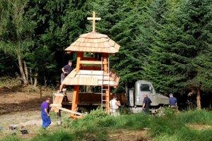 Zvonica pri Hostoviciach počas výstavby.