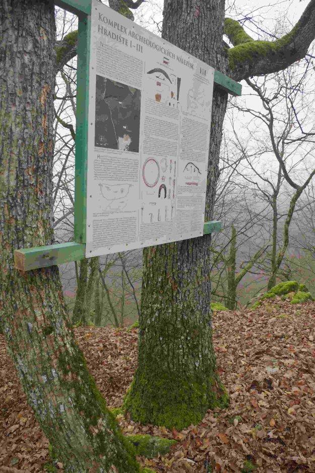 Na vzácnu archeologickú lokalitu nad skalnými vrátami v Belušských Slatinách upozorňuzje aj táto tabuľa.