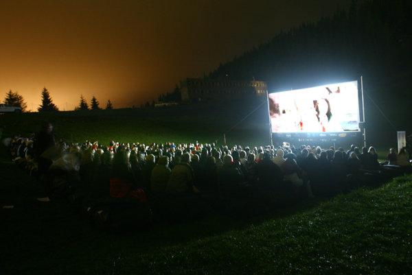 Vybrané filmy si budú môcť diváci vychutnať aj pod holým nebom.