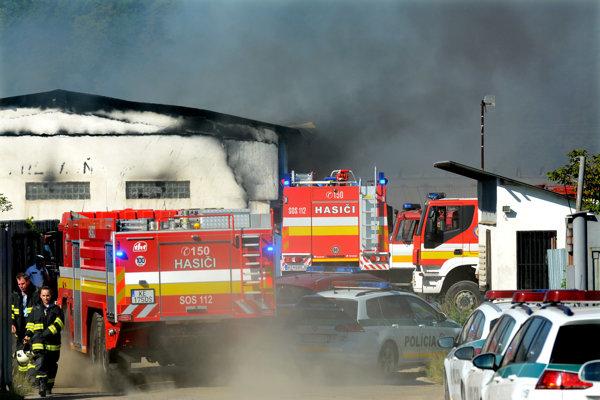 Zásah hasičov na mieste je mimoriadne náročný.