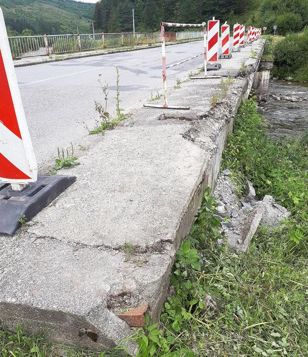 Poškodená je aj betónová rímsa a chodník.