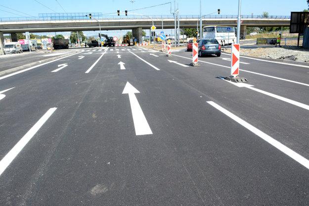 Križovatka VSS. Cesty sú vyznačené. Autá by už na ne mohli vyraziť. Čaká sa vraj iba na pečiatky.
