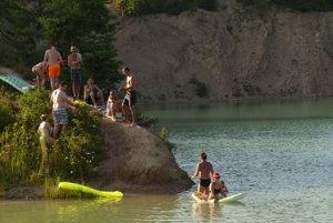 Lom v Skrabskom vyhľadáva čoraz viac ľudí. Napriek zákazom.