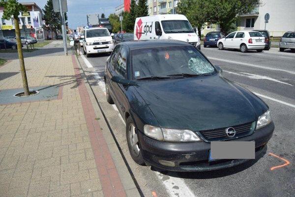 Nehoda 69-ročného chodca, ktorý prechádzal mimo priechodu pre chodcov