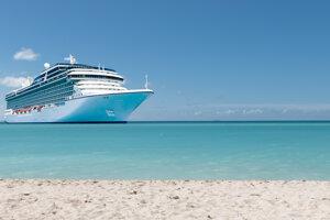 V luxusnom plávajúcom meste, lodi od Celebrity Cruises, je približne jeden člen posádky na dvoch pasažierov. Dokopy je tu 3200 pasažierov a 1500 členov posádky.
