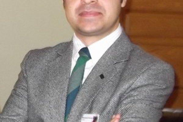 Muhammad Hossein Nayyeri je členom Iránskej právnickej asociácie. Je právnym poradcom  Iránskeho dokumentačného centra pre ľudské práva.