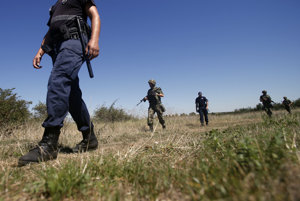 Vojaci strážia hranicu medzi Srbskom a Bulharskom.