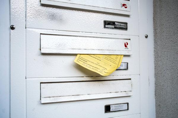 Žltých lístkov by mohlo v budúcnosti v schránkach ubudnúť. Pošta zvažuje poobedné doručovanie