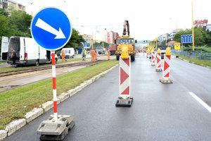 Smer od kruhového objazdu na Moldavskej. Dopravné obmedzenia sa začínajú pred križovatkou Trieda SNP – Toryská. Z dvoch pruhov v smere rovno je už iba jeden. Pre uzavretie koľajového prejazdu sa nedá odbočiť doľava na Považskú v smere na Popradskú.