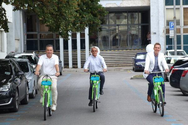 Vľavo vtedajší primátor Jozef Dvonč, vedľa generálny riaditeľ Arriva Nitra Juraj Kusy a šéf Arrivy Slovensko László Ivan. Odštartovali v Nitre bikesharing. Dnes spolu sedia v predstavenstve Arrivy Nitra.