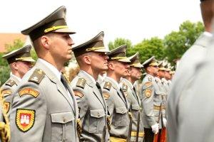 Čestná stráž nosí uniformy.