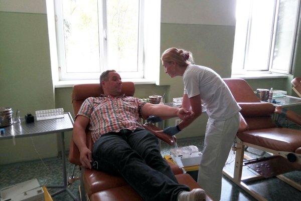 Počet ľudí, ktorí prišli darovať krv narástol už počas druhého odberového dňa. Prišlo ich 40.