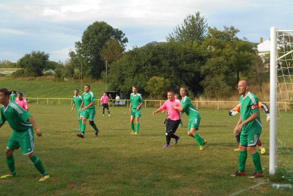 Lubina kopanice (v ružovom) úvodný zápas v nových dresoch nezvládla. Moravskému Lieskovému podľahla 1:2.