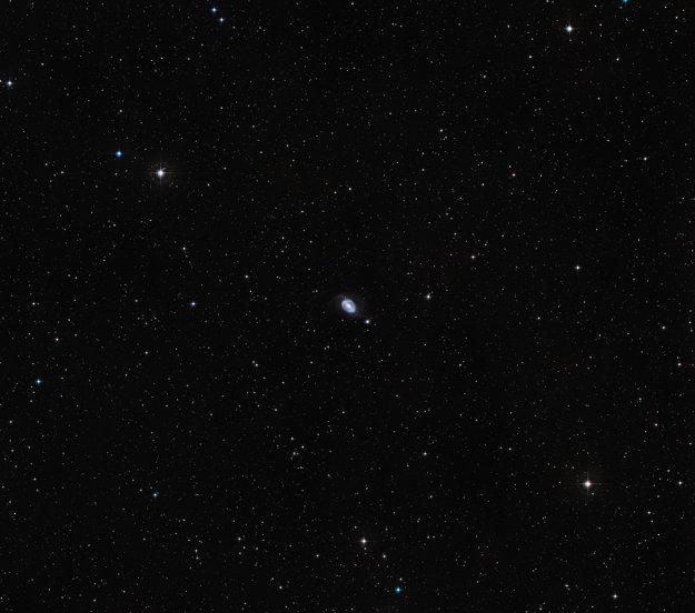 Uprostred: Galaxie NGC 1512 a NGC 1510 sú na počiatku cesty, ktorá ich nakoniec spojí. KLIKNITE PRE ZVÄČŠENIE.