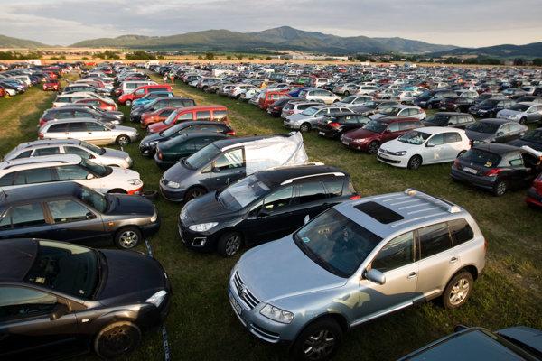 Mnohí si na festivaly nenosia stany, ale radšej spia v autách.