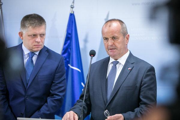 Predseda vlády SR Robert Fico a minister obrany SR Peter Gajdoš.
