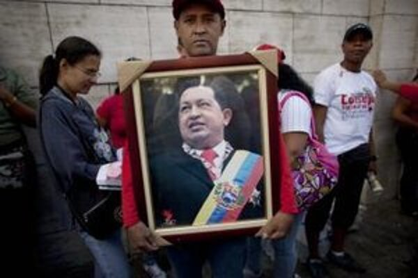 Podporovateľ Huga Chaveza s jeho portrétom.