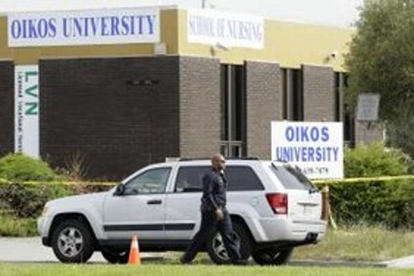 Policajt prechádza pred univerzitou v kalifornskom Oaklande, kde šialený strelec zabil sedem ľudí.