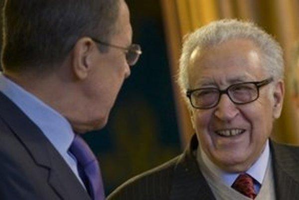 Lachrdar Brahímí (vpravo) s ruským šéfom diplomacie Sergejom Lavrovom.