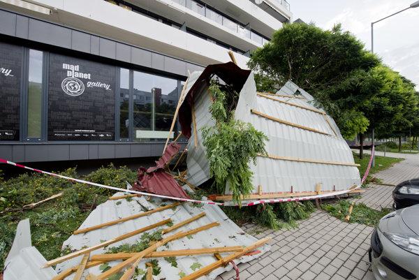 Strecha v bratislavskej Rači po nočnej búrke.