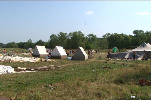 Veterná smršť pováľala stany, detský tábor sa musel evakuovať.