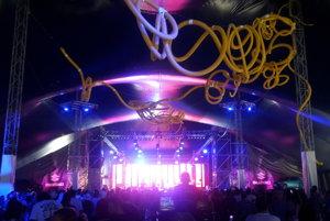 Slovenská skupina Puding Pani Elvisovej svojimi energickými skladbami postupne napĺňa Suzuki Stage, najväčší stan festivalu.