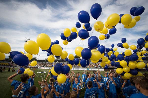 Malí futbalisti vypustili balóny vo farbách mesta.