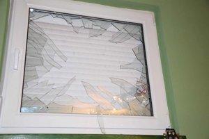 Rozbité okno po výbuchu.