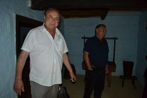 Slavomil Voloch (vľavo). Starostovi Klenovej je za drevenicami v obci ľúto.