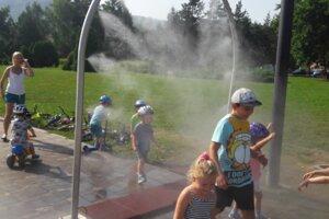 Park SNP a jeho vodná hmla pomôže pri schladení deťom aj dospelým.